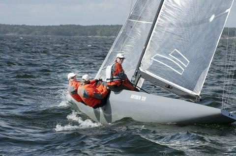 Trond Solli-Sæther (fra venstre), Johan Barne og Kristian Nergaard ble sist uke verdensmestere med båten «Artemis XIV» for andre gang.