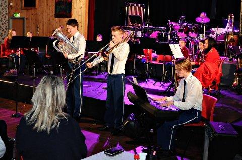 Espen Hammervold Eide (til venstre) har 11 år bak seg i Frei Skolekorps. Han har nå sluttet, men kom hjem til jubileumskonserten. Her sammen med Magnus Sørlie og Mathias Brevik (til høyre).