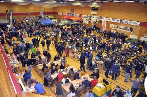 FULLT HUS: Rindalshuset lørdag ettermiddag. Mye folk i en fullsatt hall med motorsykler, utstyr og mye annet tilbehør for de motorsykkelinteresserte.