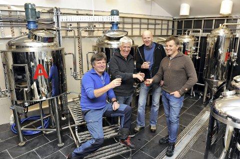 Skål: Bryggerimester Robert Giske skjenker godt øl til Øyvind Røkkum, Jan Tore Askegård og Gunnar Grøtting; ølglade sangerbrødre og gode hjelpere som har stått ham bi under byggingen av mikrobryggeriet i Gjøtenveien. Her skal Giske videreutvikle kvalitet og strekke seg etter smaker som går utenpå det meste.
