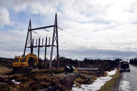 NEAS jobber med vedlikehold av høyspentnettet på Nordmøre. Dette er et arkivbilde fra vedlikehold av en høyspentmast på Nordmøre.