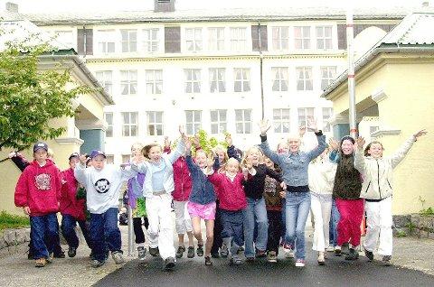 Jippi!!!! Endelig er det skoleferie. Neste år må elevene ved Allanengen skole og resten av skolene i Møre og Romsdal å starte sommerferien en uke senere enn mange andre regioner. Bildet er tatt i en annen anledning.