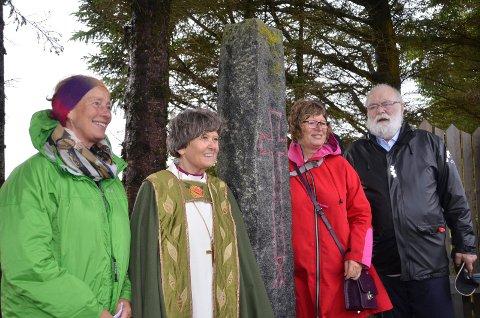 Anne Lise Ådnøy (fra venstre), preses Helga Haugland Byfuglien, biskop Ingeborg Midttømme og grunneier Tore Kuløy samlet ved Kulisteinen i fjor sommer.