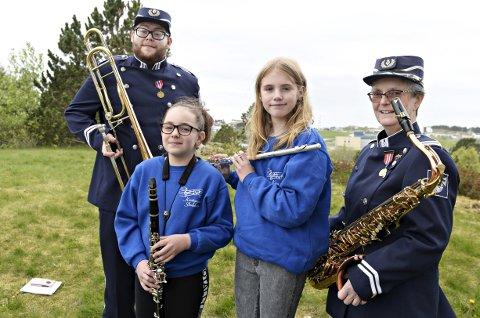 Ola Gulla Kvernen (fra venstre), Melissa Eugenia Mustata, Malin Sandnes og Kari Klokseth har både uniformer og instrumenter klare til nasjonaldagen.