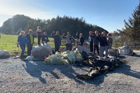Spillere fra CFK sitt G2010-lag samlet strandsøppel ved Klubba, et av Kristiansunds desidert mest populære turområder.