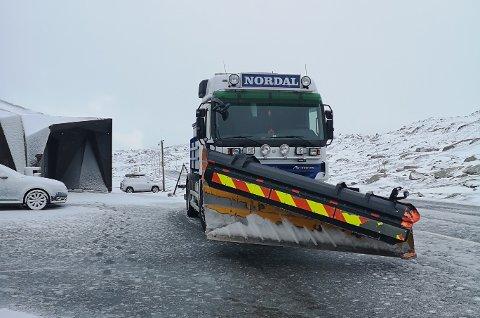Natt til onsdag var Sognefjellet stengt pga snø og is i veien. Her står brøytebilen ved Sognefjellshytta.
