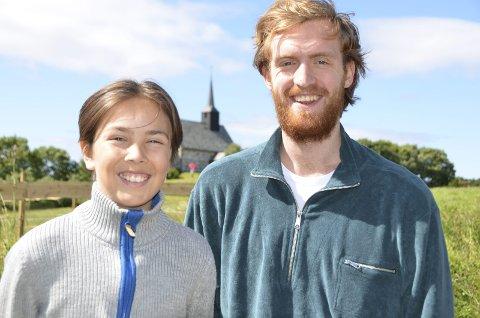 GLEDER SEG: Mathias Tiedemann og Herman Lepsøe Ohrvik ikler seg rollene som henholdsvis den unge og voksne Halvard i spelet som handler om kjærlighet, savn, sorg, gudstro og ikke minst byggingen av kirken på Edøya.