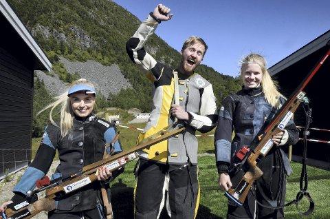 Pallen: Erik Gravem fra Surnadal kunne juble for seier, mens lagvenninne Jorun Snekvik tok sølv og Eline Lillegård fra Hjelmen tok bronse.