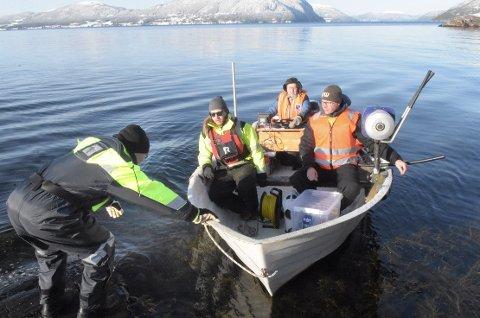 UNDER OVERFLATEN: Kåre Dragset går om bord i båten der Eirik Strøm og Rickard Larsson fra Trollheim venter med undervannsdronen som skal undersøke vannledningen som ligger ute i Stangvikfjorden. Lars Torslett er pilot og kjentmann.