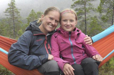 ANBEFALES: Kjersti Haugen og datteren Solveig (snart 11) sover ute minst en gang i måneden. De startet prosjektet i 2018, tok et hvileår i 2019, men skal ha minst ei natt ute hver måned i 2020 også. – Å sove ute gir oss mange gode minner, og er absolutt å anbefale, sier de to.