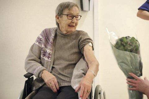 Blomster og sprøytestikk: Torbjørg Gullstein (80) ble den første i Kristiansund som fikk vaksine mot covid-19.