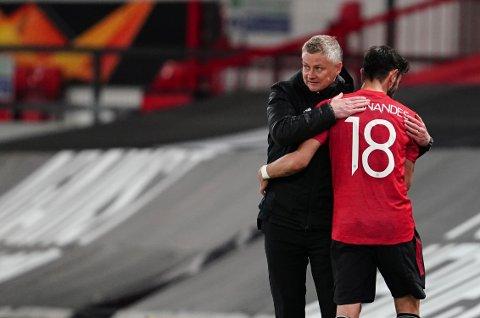 Manchester United-manager Ole Gunnar Solskjær takker Bruno Fernandes for innsatsen i 6-2-seieren over Roma i europaligaens semifinale. Foto: Jon Super / AP / NTB