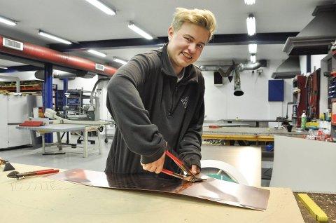 SPESIALLAGET: – Jobben krever at man er kreativ, finner gode løsninger og at man måler nøyaktig, sier Nikolai Kihle Blom-Pettersen (20). Blikkenslagerlærlingen forkastet to andre yrkesretninger før han «landet». Her er han på verkstedet der materialene tilpasses.