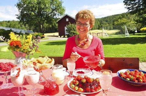 SMAKFULL Fest: Kathrine Kleveland elsker å plukke bær og blomster. Det gir et fargerikt og bugnende kaffeslabberasbord. Og det er slett ikke vanskelig å få til.  Alle Foto: Sidsel Winding-Stavseth