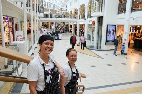 HJELPER JULENISSEN: Beathe Auen, daglig leder, og Trine Nygård på Café Opus håper mange vil kjøpe inn en ekstra julegave i år.