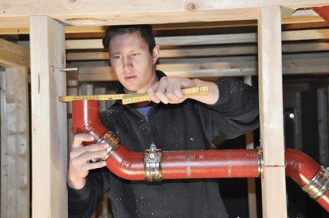VARIERT: – Jeg har ikke helt slått fra meg brannmanndrømmen. Men rørleggeryrket er veldig variert fordi vi gjør mye forskjellig. Og så er det sosialt – man blir kjent med mange nye folk, sier Haakon Abrahamsen (22), som er rørleggerlærling hos Gran VVS AS på Revetal. Her jobber han i et nytt leilighetskompleks i Tønsberg.