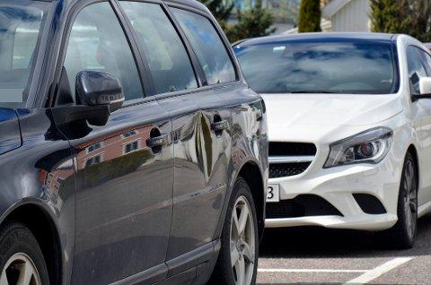 Tre biler parkert i Munkegaten fikk skader natt til søndag.