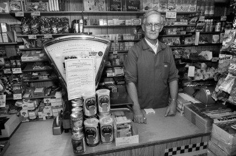 GAMLE DAGER: Slik så det ut dersom du skulle handle dagligvarer før i tiden. Dette bildet viser Johannes Andreassen bak disken i Kolberg kolonial. Butikken ble revet i 1992.