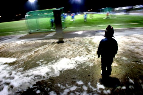 UTENFOR: Ifølge SVs tall er det 683 fattige barn i Tønsberg. For mange av dem er idretten en stengt arena. Illustrasjonsfoto