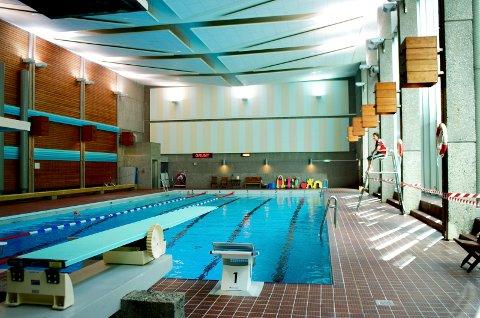 TAK-TRØBBEL: Det øvre bassenet i Tønsberg svømmehall er stengt etter at det er oppdaget problemer med taket.
