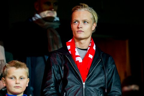 NY KJÆRESTE: Kronprinsesse Mette-Marits sønn, Marius Borg Høiby (21) skal ha blitt kjæreste og samboer med Tønsberg-jenta Juliane Snekkestad (22) i London. Her er han avbildet på fotballkamp med prins Sverre Magnus i 2015.