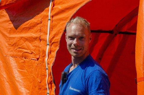 REVAC-BRANNEN: FIG-leder Are Johannes Lysøbakk og Sivilforsvaret bisto med telt, utstyr og drikke til mannskapene som jobbet med slukkingen i den sterke varmen i Revac-brannen i mai.