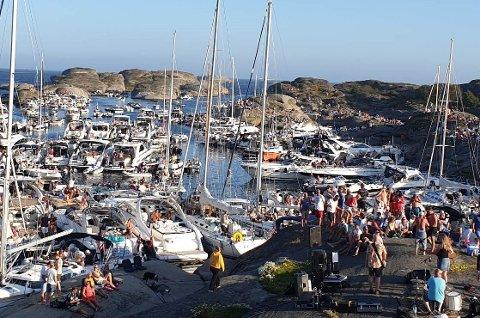 SOMMERKONSERT: Båtene lå tett i tett da Pernille og bandet hadde sin årlige sommerkonsert på Stauper.