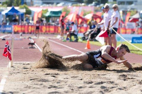 TRE ØVELSER: Henrik Flåtnes skal i aksjon både fredag, lørdag og søndag under junior-NM i friidrett i Sigdal.