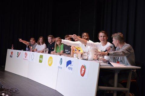 MANGE STEMMRE: Mange av politikerne ønsket å få ordet under skolevalgdebatten ved Greveskogen videregående skole. Her er Arbeiderpartiet den store taperen, og Miljøpartiet De Grønne vinneren.