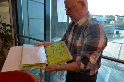 KOMMUNEPINS: Arne har samlet alle pinsene i to store bøker. Der er de sortert etter fylker.