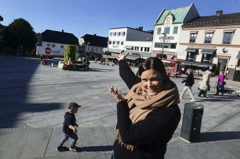 BONDENS MARKED: Cecilie Sørumshagen fra medarrangør Tønsberglivet, ønsker velkommen til Torvmarked lørdag.