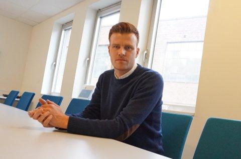 Assisterende kommuneoverlege i Holmestrand, Andreas Thunes, sier rødt nivå i skolene er helt nødvendig for å begrense smitten og få bedre oversikt.