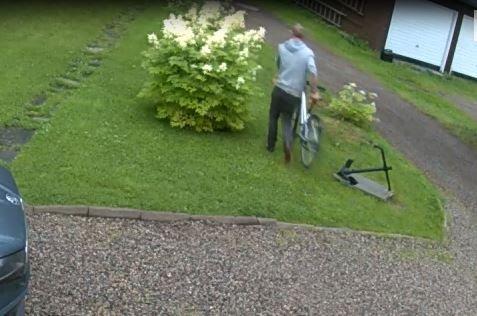 FANGET: Bilder fra overvåkingskamera viser en mann som tar med seg en sykkel som ikke er hans. De viser videre at han sjekket om garasjedørene var åpne.