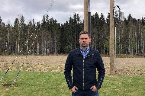 GIKK TIL SAK: Stian Sollihagen kjøpte hus av Norgeshus EH Bolig i 2016. Siden huset var ferdigstilt i 2017 har han hatt en sak mot selskapet angående strømmasten som er plassert midt på tomten hans.