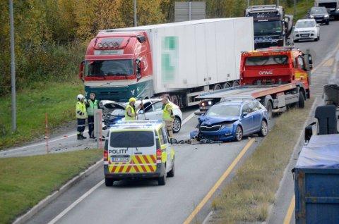 Ulykken skjedde ved havnekrysset på E6 i Verdal. Totalt tre kjøretøy var involvert. Fire personer er sendt til sykehus.