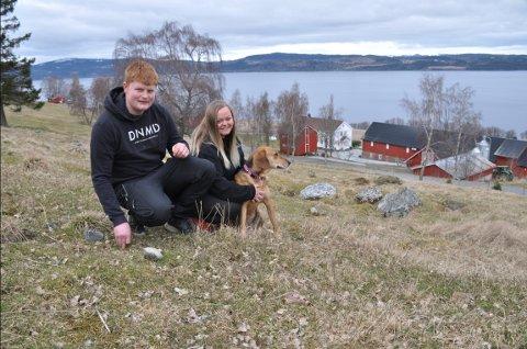 ANGRER IKKE: De ferske gårdbrukerne Øyvind Myren og Arja Cecilie Skjerve Dullum stortrives på Ytterøya og Laugsand gård åtte måneder etter overtakelsen.