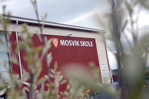 ØNSKER SEG DISSE BYGGENE: Skarnsundet Montessori AS fikk lørdag godkjenning på å starte opp skole med inntil 42 elever. Nå går de i nye forhandlinger om å få leie skolebygningene som blir tomme fra høsten 2022.