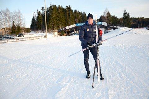 BRENNER FOR SKISPORTEN: Pål Wærum, utviklingsleder for idrettsfag på Steinkjer videregående skole, ber ski- og skiskytterkretsen innføre egne jentesamlinger.