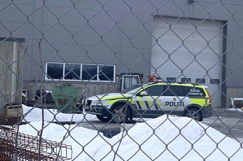 FALT UNDER ARBEID: Ulykken skjedde hos en bedrift i Verdal industripark. Arbeidstilsynet er koblet inn, og politiet har opprettet sak.