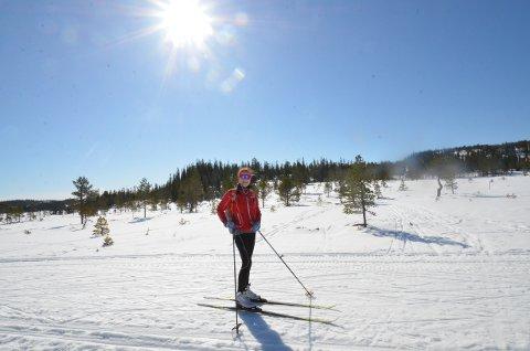 FAVORITTSTED: Eilin Minde ladet opp til arbeidshelg med en skitur på Henningvola i finværet fredag formiddag. - Helt nydelig, konstaterte hun før hun la ut på tur.