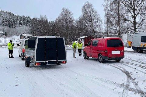 KONTROLL: 18 kjøretøy ble vinket inn under en kontroll på Rungstadvannet og Følling tirsdag. Bil med henger på bildet hadde alt på stell, mens varebilen hadde lysfeil.