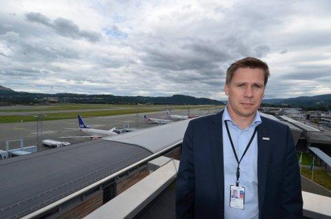 FORBIGÅENDE LANGE KØER: Fungerende lufthavndirektør ved Trondheim lufthavn Værnes, Thomas Wintervold, forbereder alle som lander på flyplassen fra utlandet må belage seg på lange køer i sommer og høst.