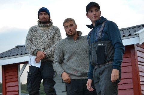 SPEIDER UTOVER: Jens Kvernmo, Isak Dreyer og roer Emil Auren ser utover Namsen i det fine fiskeværet før to av dem skal ut i båt.
