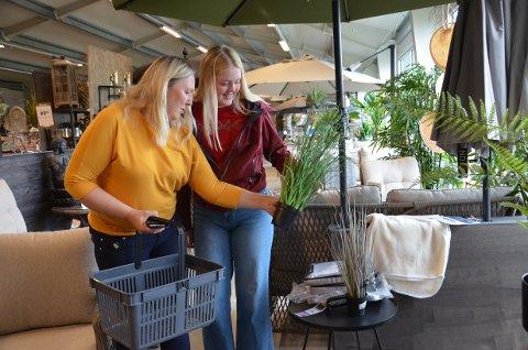 FORUT FOR TREND: Synnøve Spjøtvold (51) har vært interessert i hage lenge før det ble populært. Lørdag var hun sammen med datteren Veronika Spjøtvold Stede (16) på Hageland på gavejakt.