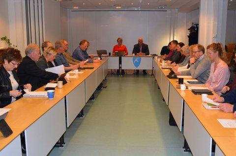 Jan Dukene erklærer kommunestyremøtet for lukket, og kaster presse og publikum på dør