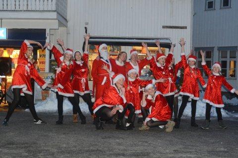 Disse danserne fra DDD sjarmerte publikum på julegateåpningen i Tvedestrand. Nissen med skjegg heter Sindre Lilleby, og er elev på danseskolen Motio.