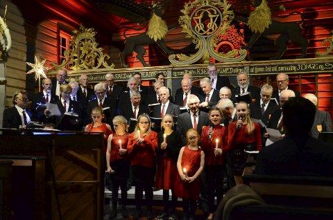 Stemningsfullt: Et mannskor, et barnekor og dyktige solister sørget for ekte julestemning for mellom 150 og 200 publikummerne i Dypvåg kirke onsdag.                                  Foto: Bjørn Johansen