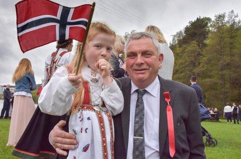 Fem år gamle Niike Lahiff hevder at morfar Steinar Lunde har lovet henne iskrem i bøtter og spann.