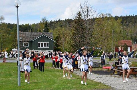 Vegårshei skolekorps med drilltropp på 17. mai i år. Foto: Olav Loftesnes