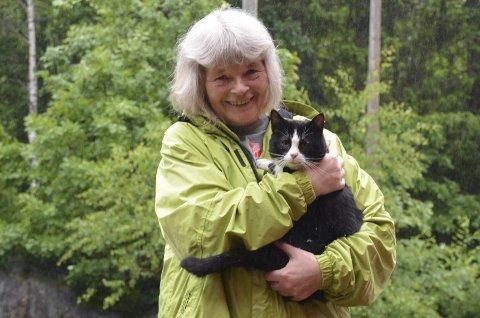 Endelig hjemme: Matmor May Britt Sevland Andersen er minst like glad som katten Joey for at marerittet er over. May Britt sier hun ikke kan fåt takket de to rdningsmennene nok. Foto: Olav Loftesnes